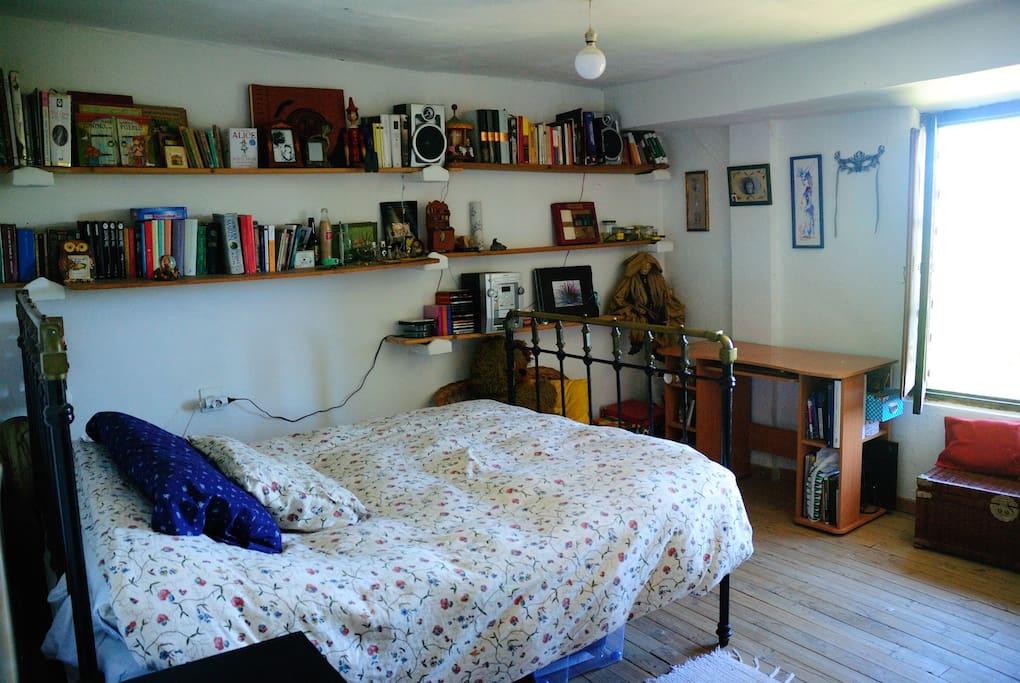 La habitación cuenta con una ventana con vistas al valle del Sil.
