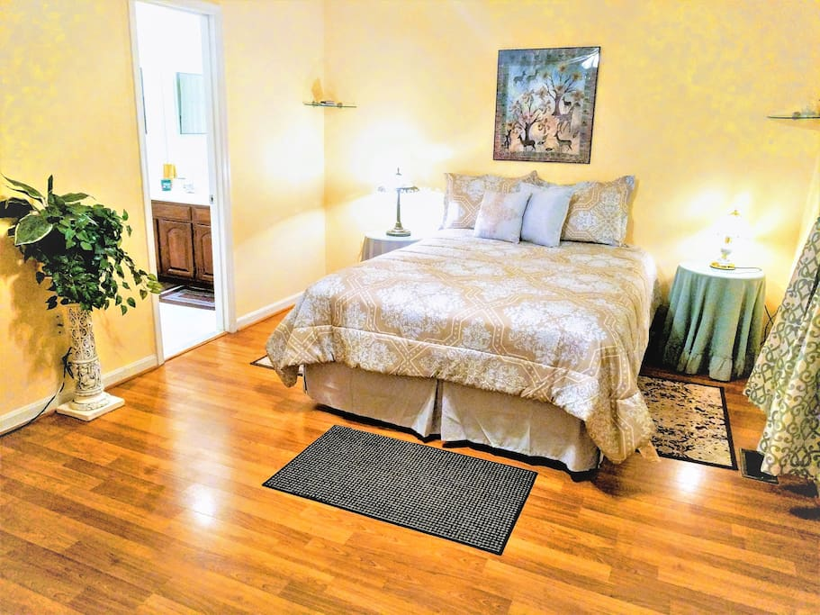 The Blue Ivy Parkview en Suite is a large spacious king size bedroom with large double sink private bathroom and facing a beautiful park with a large closet. Lot of natural light. Hardwood floors. Quiet private space  on a third floor