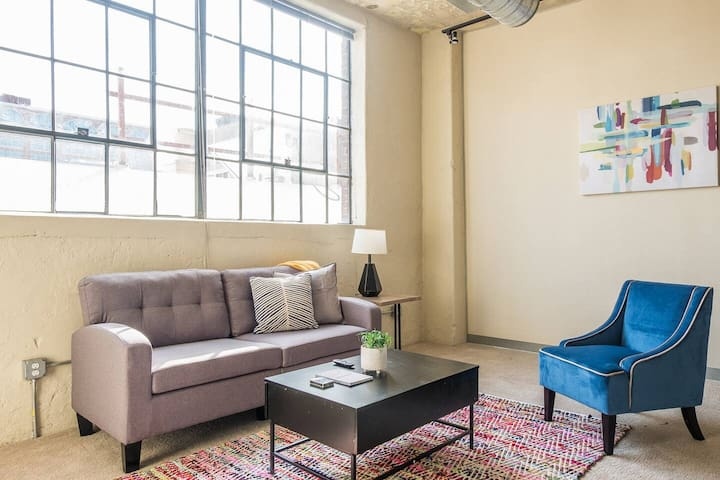 Roomy  + Bright 2BR Apt in North Loop
