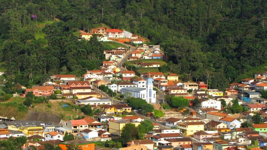 Gonçalves, nossa cidade vizinha, está há 30 minutos, 17km, com muitos restaurantes, ateliês e muitos pontos gastronômicos como fabrica de geleias artesanais.