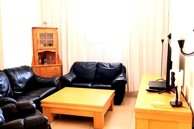 Зал-студия, кожаная мебель, натуральное норвежское дерево. Living-room with leather sofas and an armchair, natural Norwegian wood furniture