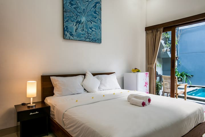 Canggu Ocean House: 312 steps to the beach // Pink