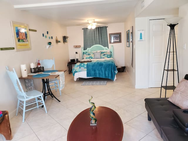 Beachy and Cozy stay few minutes from the beach!