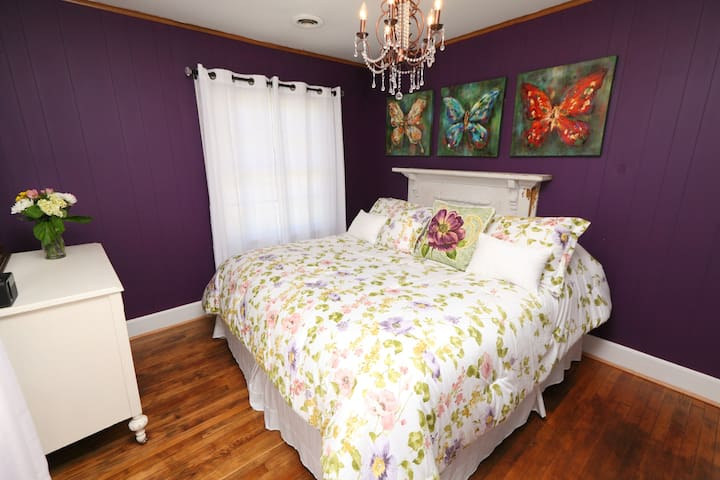 New! Butterfly Garden Cottage in Lake Country