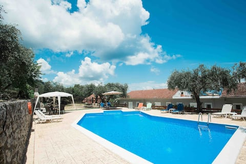 Olive Grove Poolside Apartment 2