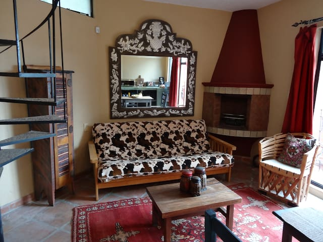 Living room with Futon for 1 or 2 guest!