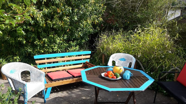 Mackerel Cottage: a cosy cob cottage with a private surrounding garden in picturesque Budleigh Salterton on the scenic south Devon coast.