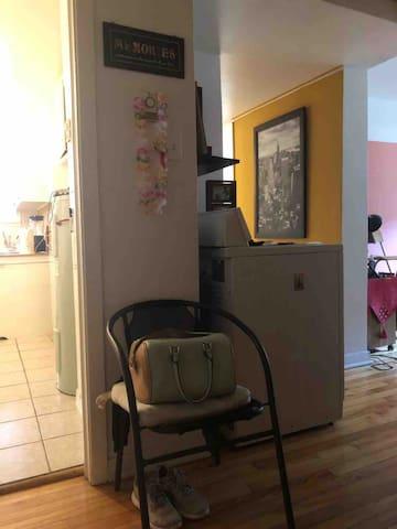 A l'entree de l'appartement. Cuisine a gauche, salon, chambre fermée et salle de bain a droite.   Entrance of my home. Kitchen on the left and living room + bedroom+ bathroom on the right
