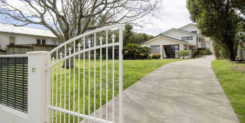 Sunny relaxed self contained unit - Papamoa