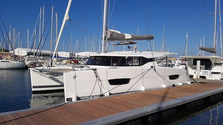 Belles cabines doubles dans catamaran neuf