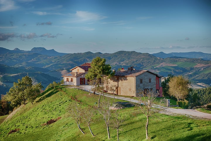Borgo with mini pool in the Apennines, unspoiled nature, beautiful views