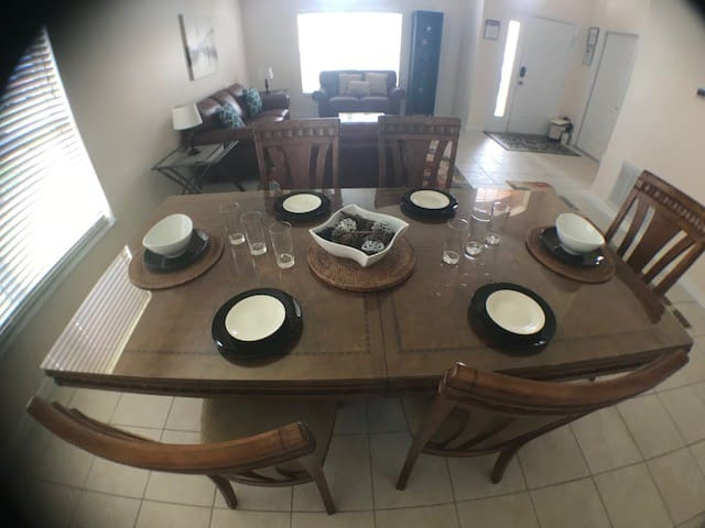 formal dinning area seating for 6 guests