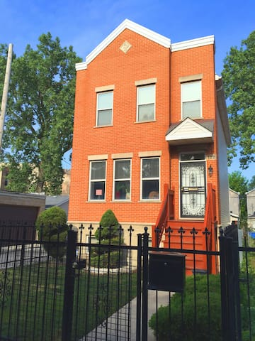 Cozy sleeping room two blocks from United Center - Chicago - House