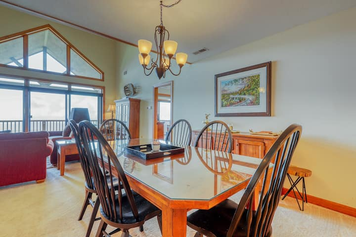 Entry-level mountain condo w/natural light & private deck + full kitchen & WiFi!