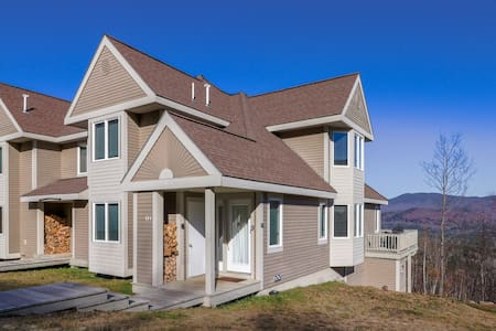 Family townhome w/ deck, shared pool and hot tub & ski-in/out access to trails!