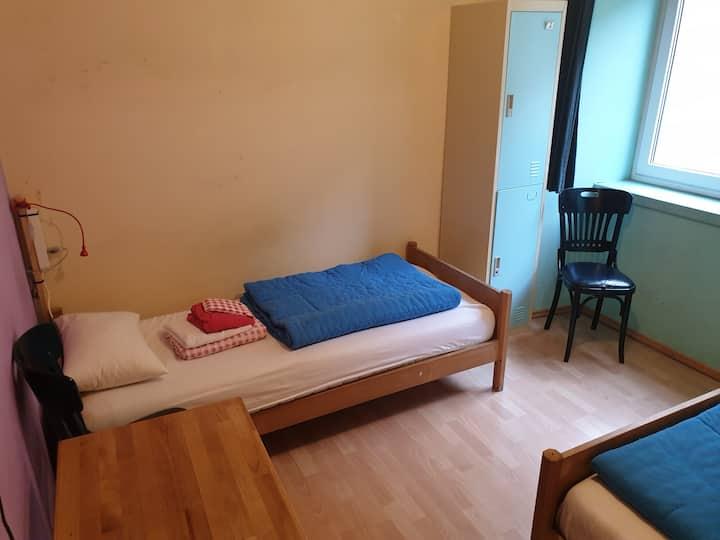 2-Bettzimmer, teile ein Zimmer mit einer Person