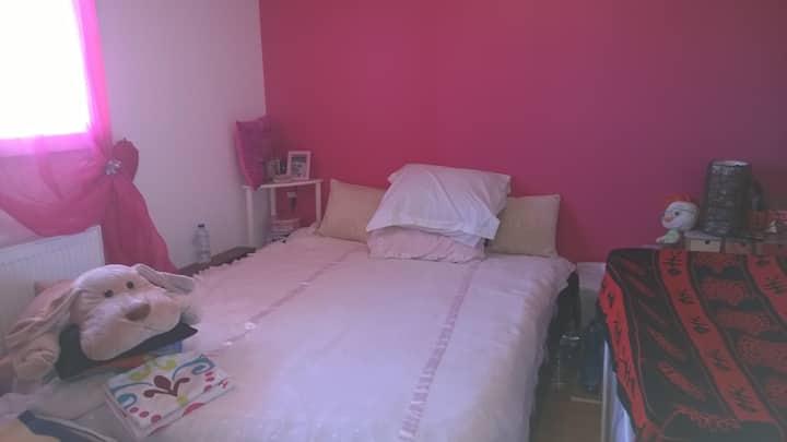Chambre avec un lit confortable