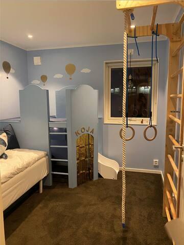Lekrum med 1st 90säng, finns möjlighet för en till extra madrass, tältsäng el spjälsäng i detta rum.