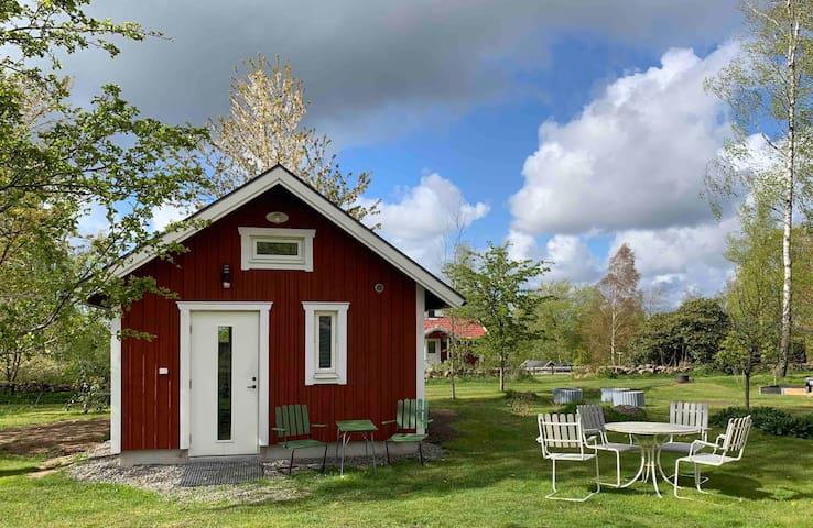 Attefallshus i Åkulla bokskogar nära Ästad vingård
