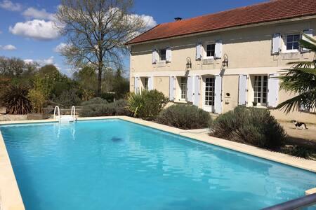 Le Logis et sa piscine - Celle-Lévescault - House