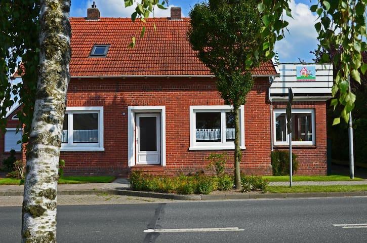 Carolinensiel: Große Ferienwohnung EBBE mit Terrasse.