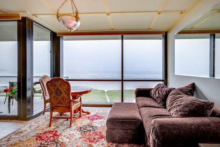 Top-floor, oceanfront condo w/ amazing views - steps to the beach!