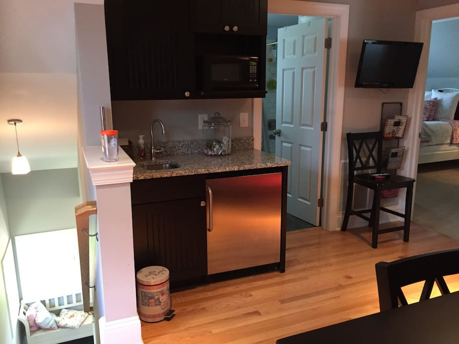 Mini kitchen/wet bar