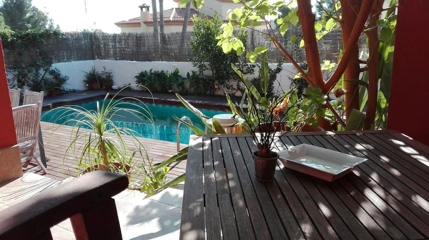 Bonita casa con piscina cerca de Sitges. - St Pere de Ribes - บ้าน