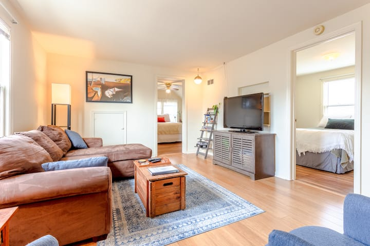 Vibrant 2BR Hillside Hideaway in charming Bay View
