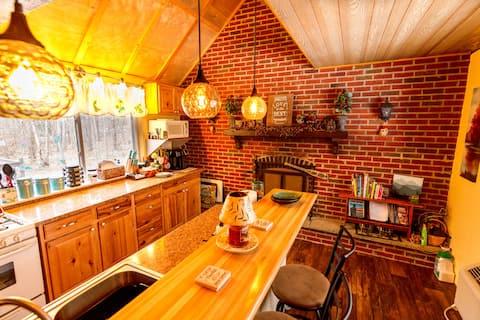 Mountaintop Pocono Getaway ~ Elderbeary Cottage