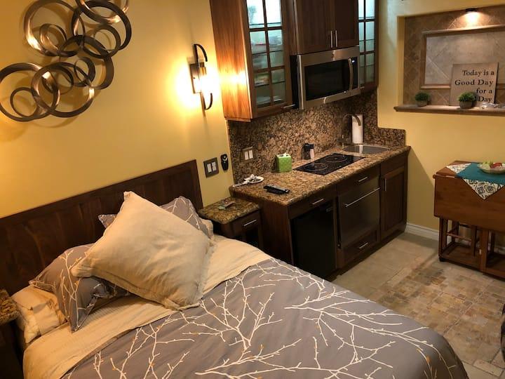 Cozy Studio-Washr/Dryr; Kitchen, WiFi, Iron MORE!