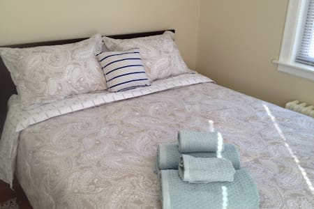 Sunny Rooms on Eureka! Private Bedroom, Queen Bed - 埃尔蒙特(Elmont) - 独立屋