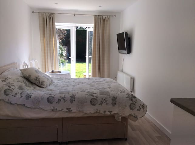 New studio apartment with parking - Cheltenham - Pis