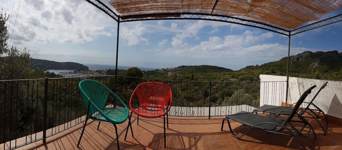 Casa en la montaña con vista al mar