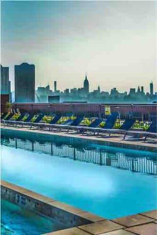 Cozy, private room, luxury bldg. 10 Min to NYC.