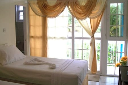 Sea Breeze Inn - B&B (triple room) - Castle Bruce