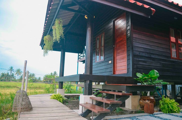 Thai Redwood Farm House in Rice Field - Lotus Room