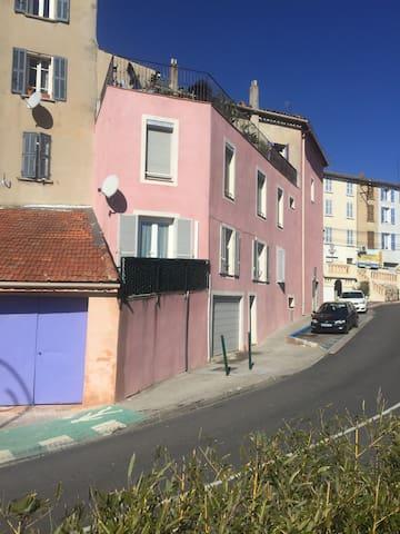 Centre du village, tous commerces - Pierrefeu-du-Var - Appartement