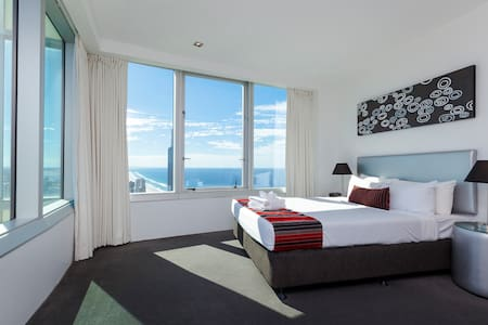 Q1 Resort - Three Bedroom Ocean Spa Apartment - Master Bedroom