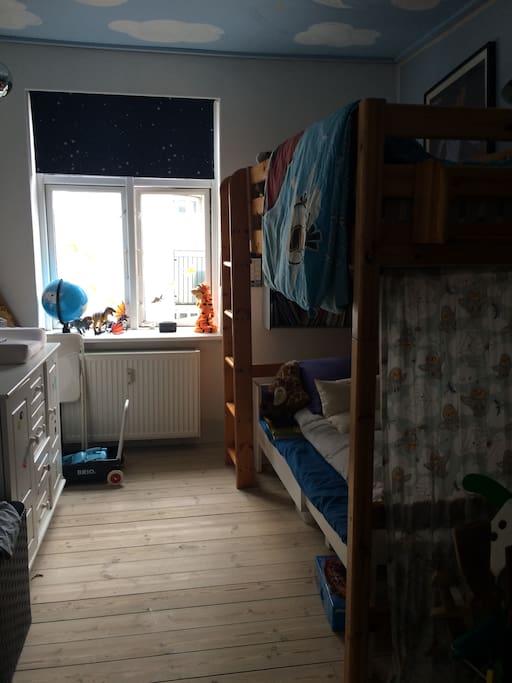 Børneværelse med pusleplads og køjesenge med plads til voksne eller børn over 3 år
