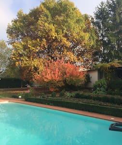 Studio indépendant dans un beau jardin au calme - La Tour-de-Salvagny - Chalé