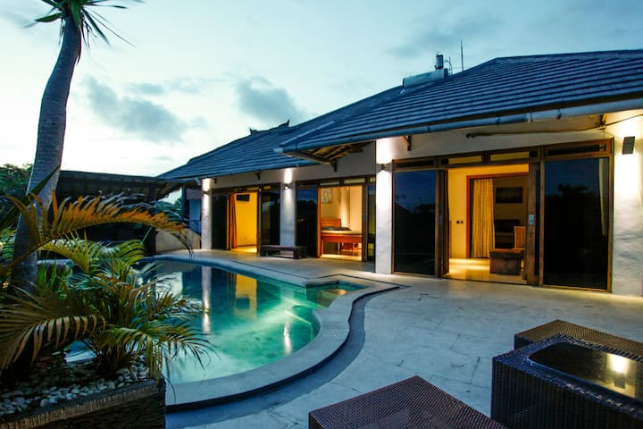 SURF BALI Poolside Room 1 / AC - South Kuta - Casa