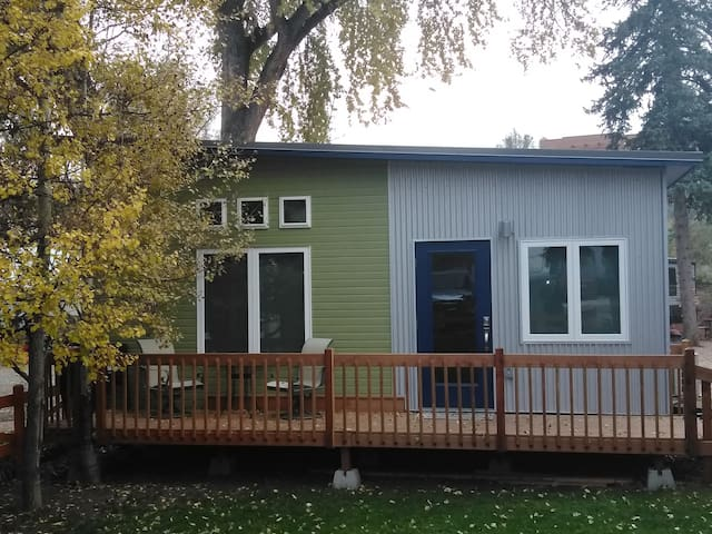 Quaint Tiny Home in Heart of Manitou on river!