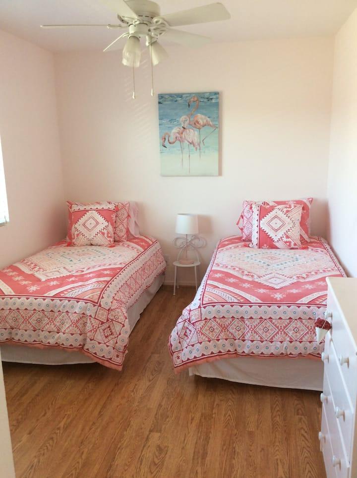 Travelers Comfy, bright spacious room.