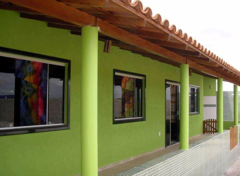 A casa possui 120m² construídos. 2 quartos e 2 banheiros. Cozinha Americana. Varanda com 2 redes disponíveis. E lavanderia.
