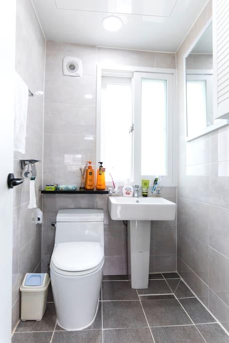 Rest room- soap, hair dryer, liquid soap 肥皂,吹风机,液体肥皂, 毛巾, 卫生纸
