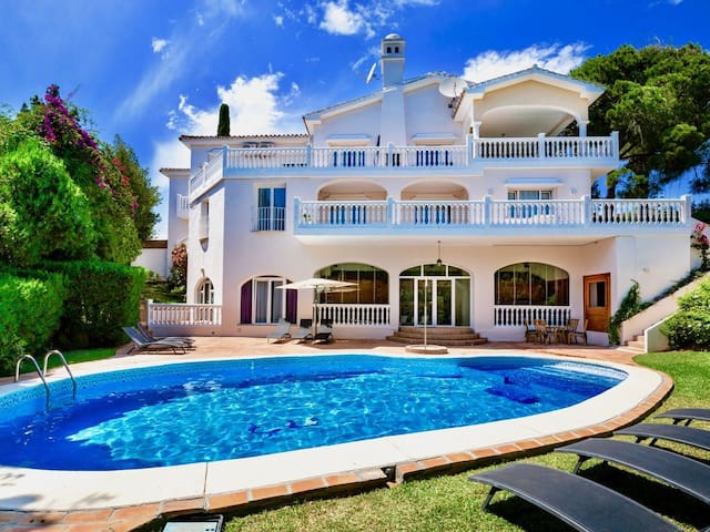 Exceptional 9BR 8BA Villa Melissa by Rafleys, 2 km the Beach, Heated Pool, Wifi