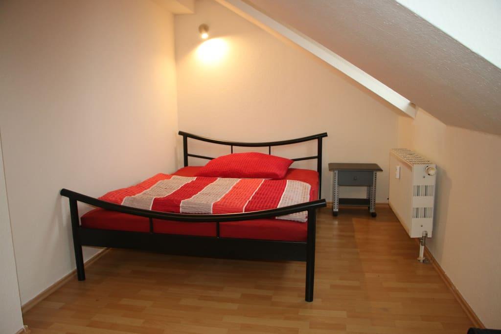 Doppelbett in Wohnzimmer