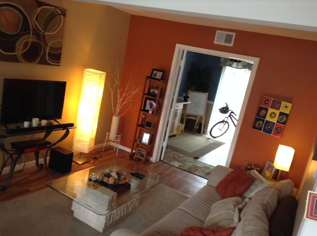 Sweet & Simple private bedroom while ur in town - Richmond - Townhouse
