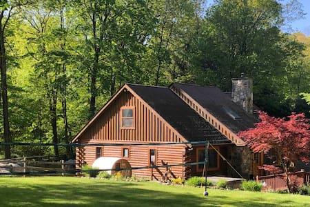 Log Cabin in Garrison +spa hot tub+barrel sauna